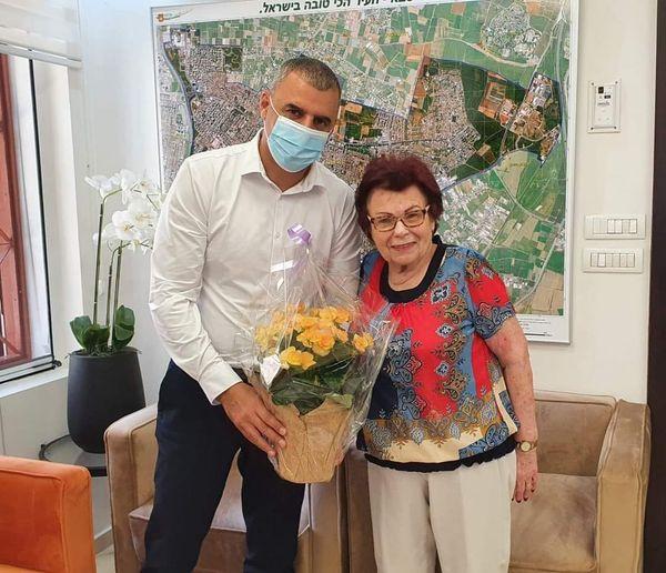 חנה אברוצקי, שורדת שואה, מוותיקי כפר סבא, רבת פעלים בכל ארגוני המתנדבים, מייסדת סניף אנוש בעיר, חוגגת יום הולדת 90
